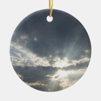 多くの雲および青空が付いている大きい光線 セラミックオーナメント