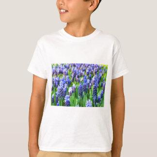 多くの青いムスカリ Tシャツ