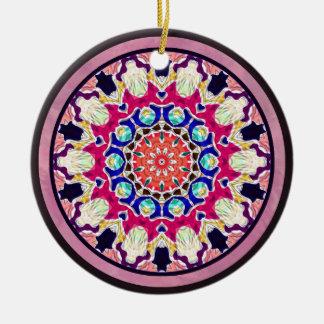 多彩で抽象的な万華鏡のように千変万化するパターンの曼荼羅 セラミックオーナメント
