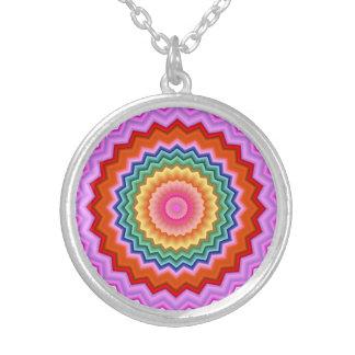 多彩なジグザグ形の万華鏡のように千変万化するパターン シルバープレートネックレス