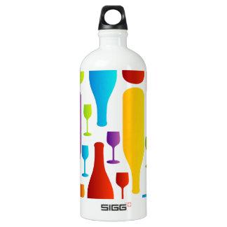 多彩なボトルおよびガラスが付いている背景 ウォーターボトル
