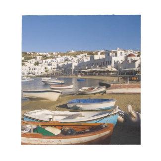 多彩な漁船が付いている港の町 ノートパッド