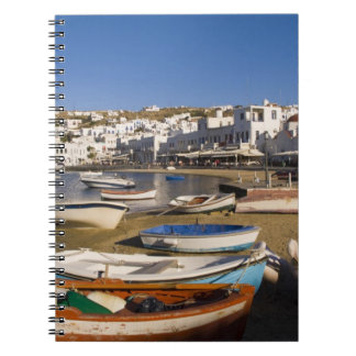 多彩な漁船が付いている港の町 ノートブック