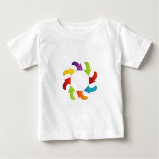 多彩な矢が付いている円のデザインの要素 ベビーTシャツ
