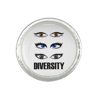 多様性を示している女性の目 リング