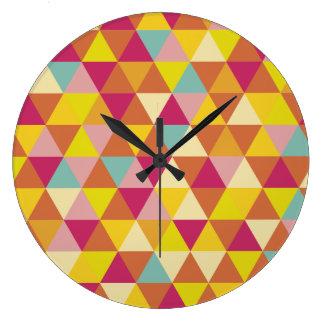 多角形幾何学的な形の数々のな色の三角形 時計