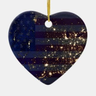 夜および米国Flag.jpgの宇宙からの米国 セラミックオーナメント
