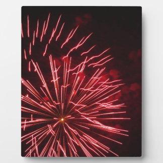 夜のさまざまな色のカラフルな花火 フォトプラーク