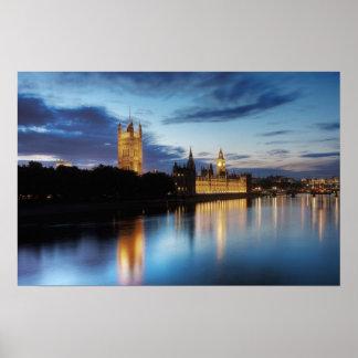 夜のウエストミンスターのビッグベンそして宮殿 ポスター
