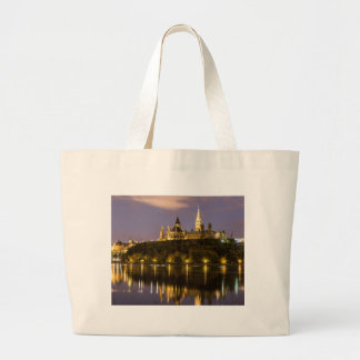 夜のオタワの議会 ラージトートバッグ