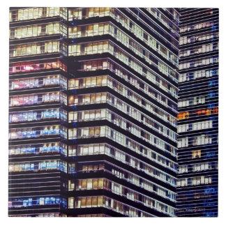 夜のオフィスビル、シンガポール タイル