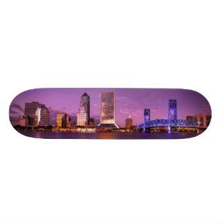 夜のジャクソンビルフロリダのスカイライン スケートボード