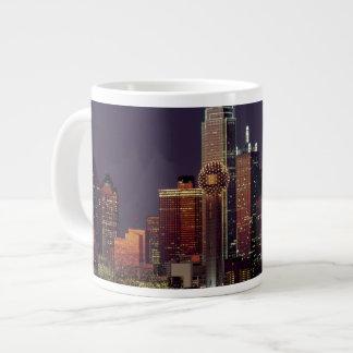 夜のダラスのスカイライン ジャンボコーヒーマグカップ