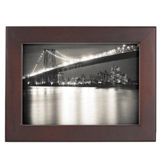 夜のニューヨークシティのウィリアムズバーグ橋 ジュエリーボックス