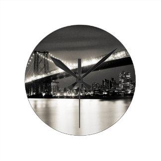 夜のニューヨークシティのウィリアムズバーグ橋 ラウンド壁時計