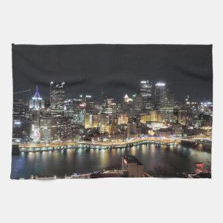 夜のピッツバーグのスカイライン キッチンタオル