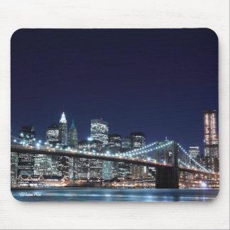 夜のブルックリン橋そしてマンハッタンスカイライン マウスパッド