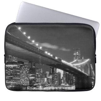 夜のブルックリン橋そしてマンハッタンスカイライン ラップトップスリーブ