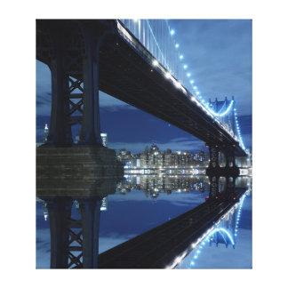 夜のマンハッタン橋およびマンハッタンスカイライン キャンバスプリント