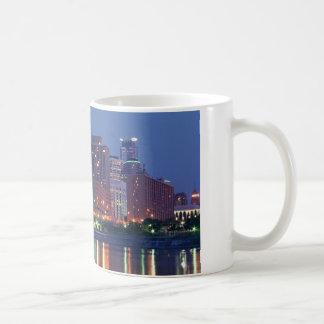 夜のミネアポリスのスカイライン コーヒーマグカップ