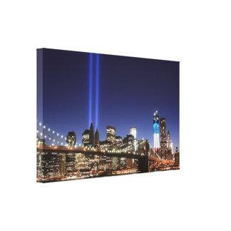 夜のライトのブルックリン橋そしてタワー キャンバスプリント