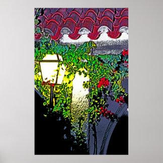 夜のランプが付いている典型的でスペインのな家 ポスター