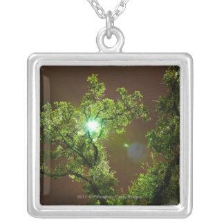 夜の木を通したライト シルバープレートネックレス
