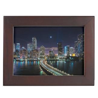 夜の橋が付いているマイアミ都市のスカイライン ジュエリーボックス