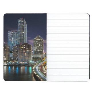 夜の橋が付いているマイアミ都市のスカイライン ポケットジャーナル