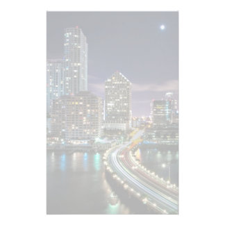 夜の橋が付いているマイアミ都市のスカイライン 便箋