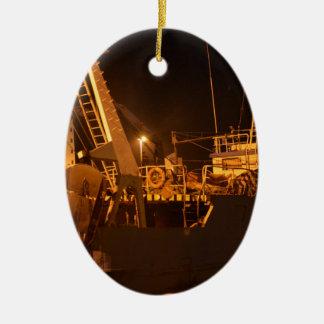 夜の港の漁船 セラミックオーナメント