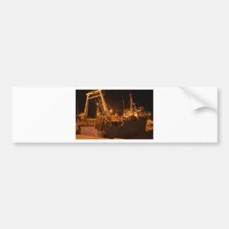 夜の港の漁船 バンパーステッカー