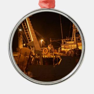 夜の港の漁船 メタルオーナメント