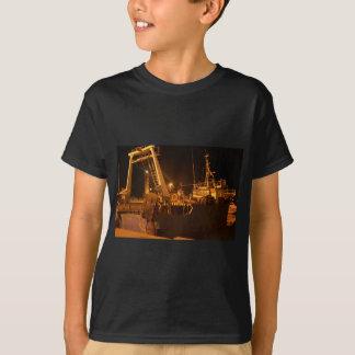 夜の港の漁船 Tシャツ