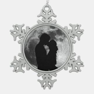夜の満月の恋人のシルエット スノーフレークピューターオーナメント