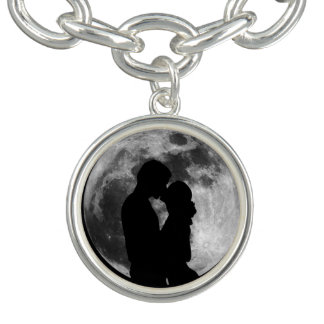 夜の満月の恋人のシルエット ブレス