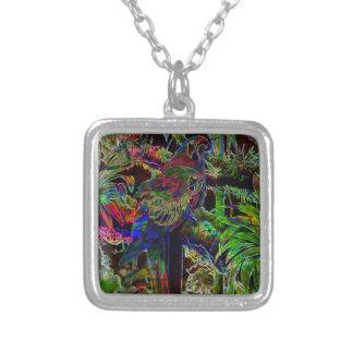 夜の熱帯楽園のコンゴウインコ シルバープレートネックレス