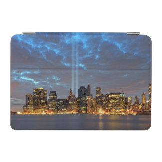 夜の都市のスカイラインの眺め iPad MINIカバー