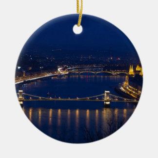 夜の鎖式吊り橋ハンガリーブダペスト セラミックオーナメント
