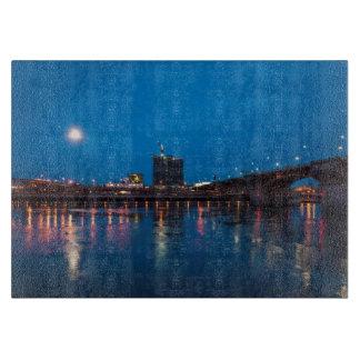 夜のBurnside橋、ポートランド カッティングボード