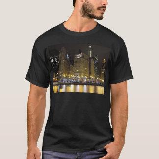 夜のChicago川の都心のシカゴ Tシャツ