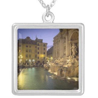 夜のTreviの噴水、ローマ、ラツィオ州、イタリア シルバープレートネックレス