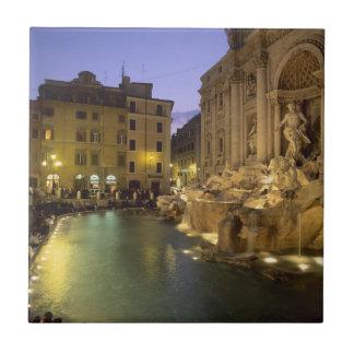 夜のTreviの噴水、ローマ、ラツィオ州、イタリア タイル