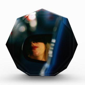 夜は女性Red Lipstick車鏡をつけます 表彰盾
