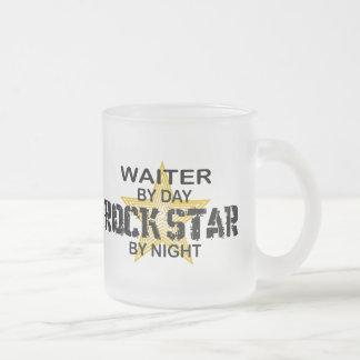 夜までにウェイターのロックスター フロストグラスマグカップ