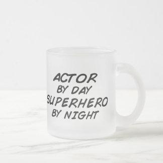 夜までに俳優のスーパーヒーロー フロストグラスマグカップ