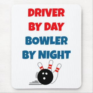夜までに日のボウリングをする人、クリケットの投手による運転者 マウスパッド