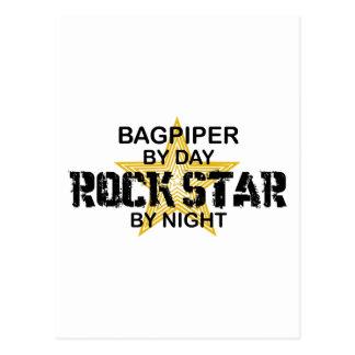 夜までに風笛吹奏者のロックスター ポストカード