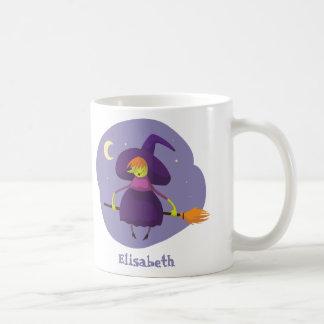 夜ハロウィンのほうきのフレンドリーな魔法使いの飛行 コーヒーマグカップ
