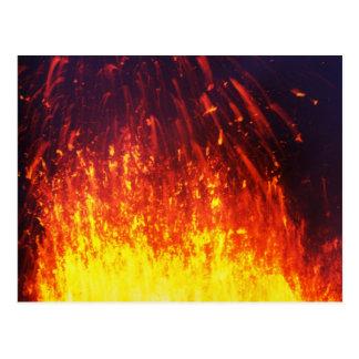 夜噴火の火山: 噴火口の花火の溶岩 ポストカード